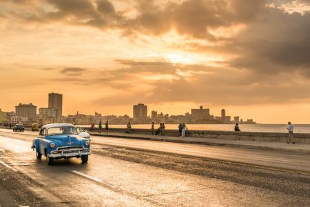 Foto de The sun setting over the city of Havana with a view of the Malecon avenue - Imagen libre de derechos