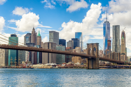 Photo pour The Brooklyn Bridge and the downtown Manhattan skyline in New York City - image libre de droit