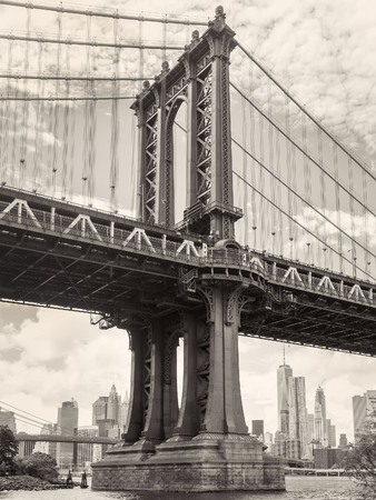 Photo pour Black and white view of the Manhattan bridge in New York with the city skyline on the background - image libre de droit