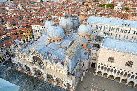 Foto de Aerial view of the city of Venice with St Marks Basilica and the Doge Palace - Imagen libre de derechos
