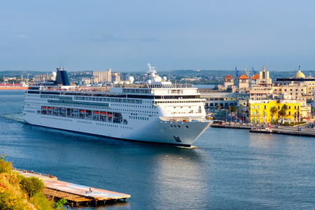 Foto de Large cruise ship on the bay of Havana - Imagen libre de derechos