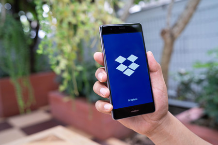 Photo pour CHIANG MAI, THAILAND - August 08,2018: Man hands holding HUAWEI with Dropbox on screen. Dropbox is a service that gives you access to images, documents and videos online from anywhere. - image libre de droit