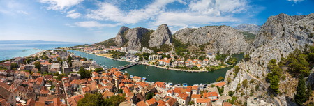 Foto de panorama of river Cetina and Omis town in Croatia - Imagen libre de derechos