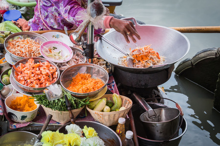 Photo pour Pad Thai cooking on the boat in Amphawa floating market - image libre de droit
