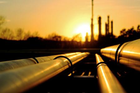 Foto de Golden piles going to oil refinery - Imagen libre de derechos
