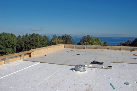 Photo pour new roof construction at seaside - image libre de droit