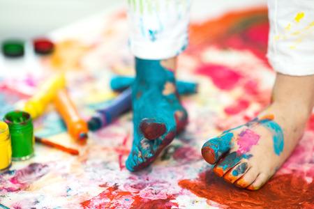 Photo pour closeup painted in bright colors feet - image libre de droit