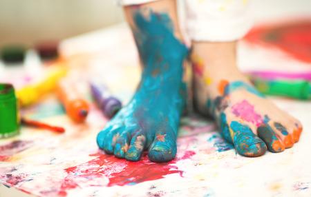Foto de closeup painted in bright colors feet - Imagen libre de derechos