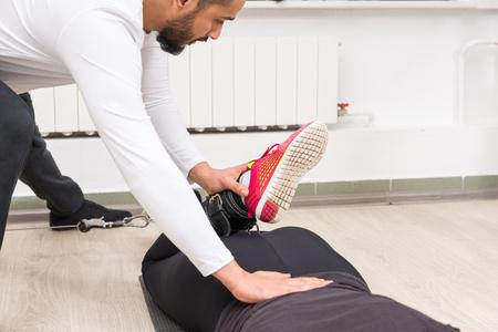 Foto de Personal trainer working out with a woman - Imagen libre de derechos