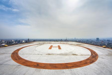 Foto de Helipad on roof top building - Imagen libre de derechos