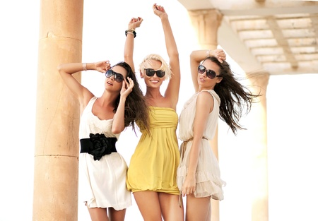 Photo pour Three cheerful women wearing sunglasses - image libre de droit