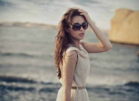 Photo pour Cute woman wearing sunglasses - image libre de droit