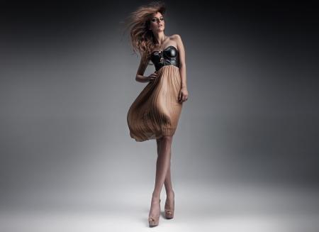 Foto de Pretty young lady in a fashion pose - Imagen libre de derechos