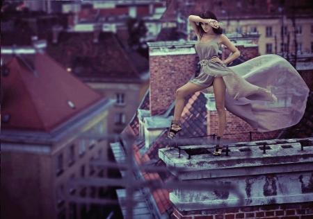 Foto de Fantastic photo of woman standing on the roof - Imagen libre de derechos