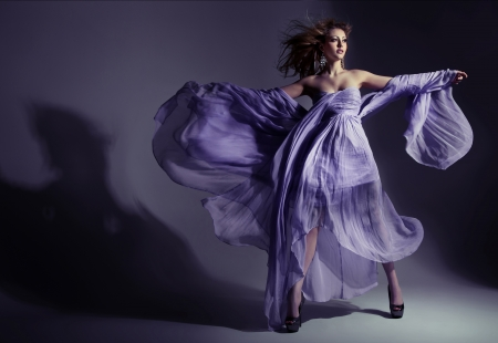 Photo pour Fine shoot of an attractive brunette lady wearing amazing dress - image libre de droit