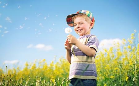 Foto de Colorful picture of kid playing dandelion - Imagen libre de derechos