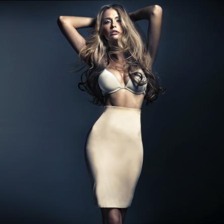 Photo pour Shapely blonde woman with long hair - image libre de droit