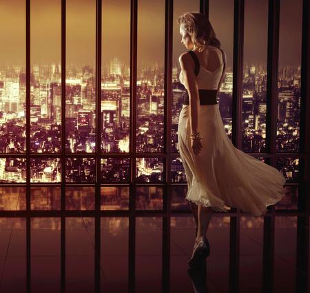 Photo pour Lady walking on the top of the skyscraper - image libre de droit