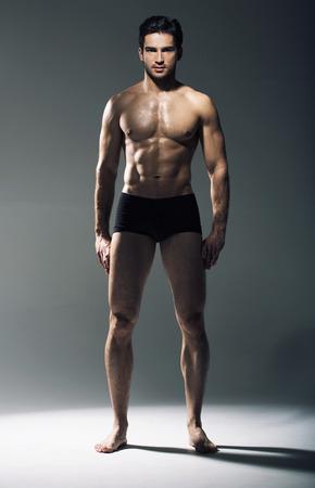 Photo pour Portrait of the muscular handsome man - image libre de droit