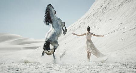 Photo pour Pretty lady with white horse on the desert - image libre de droit