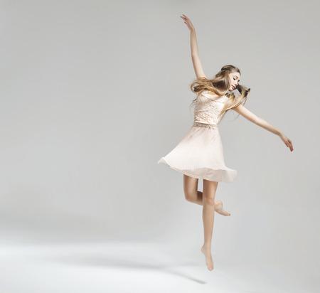 Foto de Beautiful and young ballet dancer - Imagen libre de derechos