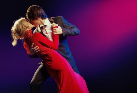 Photo pour Elegant young couple in the dance of love - image libre de droit