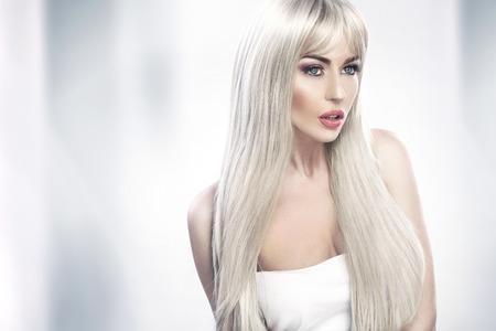 Photo pour Alluring young lady with long blond hair - image libre de droit