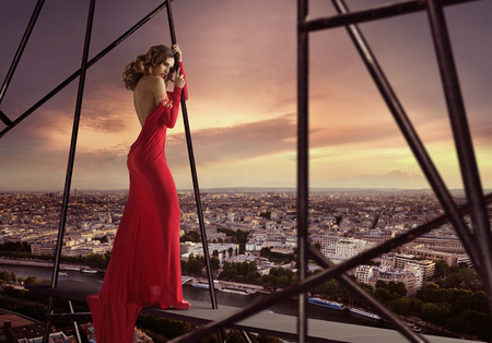 Photo pour Elegant woman standing on the edge of the roof - image libre de droit