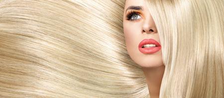 Foto de Portrait of the woman with straight and bushy coiffure - Imagen libre de derechos