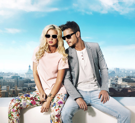 Foto de Trendy couple enjoying the summer in teh city - Imagen libre de derechos