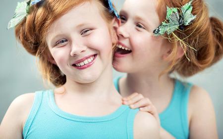 Photo pour Two similing and adorable redhead twins - image libre de droit