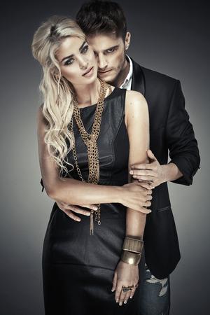 Photo pour Portrait of young bold couple - image libre de droit