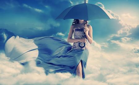 Photo pour Pretty woman walking into the paradise - image libre de droit