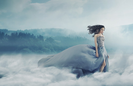 Photo pour Magical brunette lady on the foggy field - image libre de droit