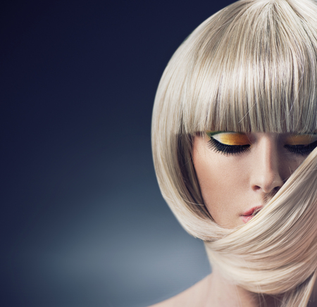 Foto de Portrait of a blond woman with trendy coiffure - Imagen libre de derechos