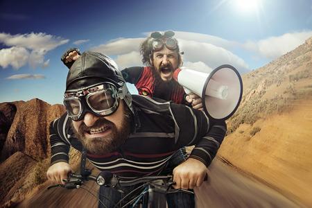 Photo pour Funny portrait of a tandem of bicyclists - image libre de droit