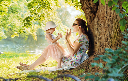 Foto de Mother and her daughter having fun in the park - Imagen libre de derechos