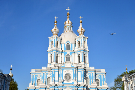 Foto de Smolny cathedral at sunny day in Saint-Petersburg, Russia. - Imagen libre de derechos