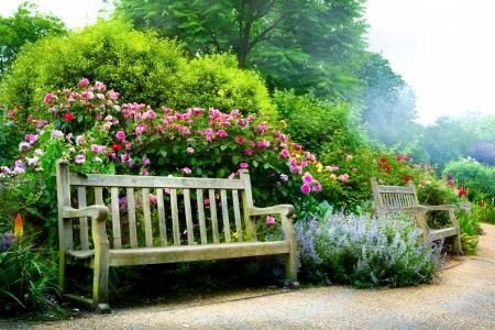 Foto de Art bench and flowers in the morning in an English park - Imagen libre de derechos