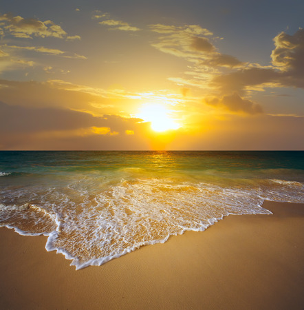 Foto de sunset over the beach - Imagen libre de derechos
