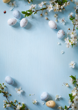 Photo pour Easter eggs and spring flowers on wooden background - image libre de droit