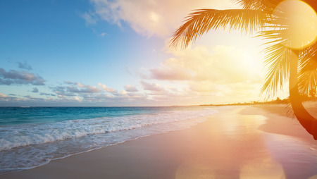Photo pour Art Beautiful sunrise over the tropical beach - image libre de droit