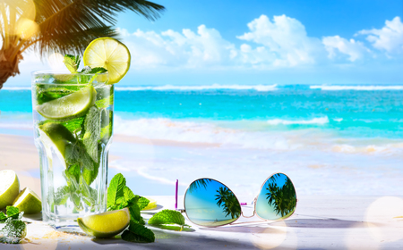 Photo pour summer tropical beach wine bar; mojito cocktail drink - image libre de droit