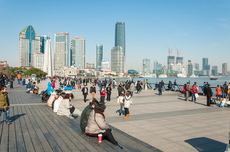 Foto de SHANGHAI, CHINA - JANUARY 21, 2017: Tourist and Chinese people hanging out at the bund. The Bund is always busy, especially when it comes to weekend. - Imagen libre de derechos