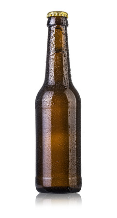 Photo pour Bottle of beer with drops isolated on white background - image libre de droit