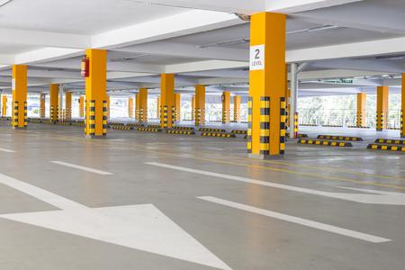 Foto de empty Parking garage underground, industrial interior - Imagen libre de derechos