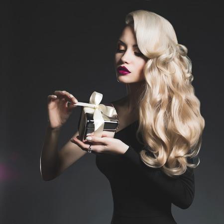 Photo pour Fashion photo of luxury blonde with a gift - image libre de droit