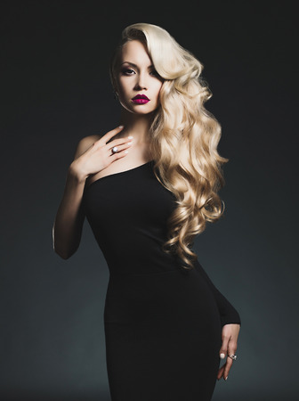 Photo pour Fashion-art photo of elegant blonde on black background - image libre de droit