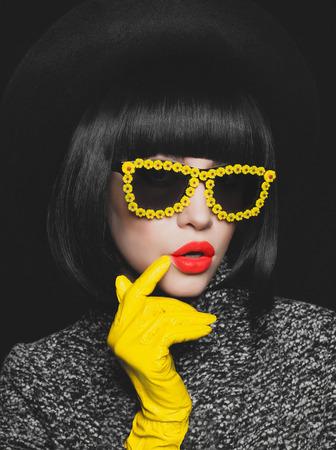 Photo pour Fashion studio photo of stylish lady in gloves and sunglasses - image libre de droit