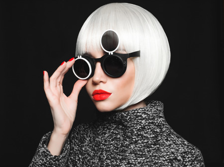Photo pour Fashion studio photo of beautiful stylish lady in sunglasses - image libre de droit
